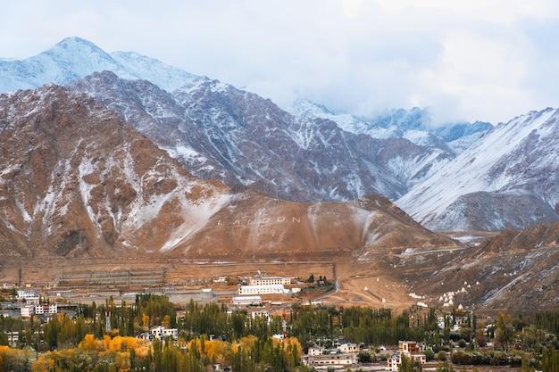 Snow mountain view do distrito de leh ladakh, parte norte da índia