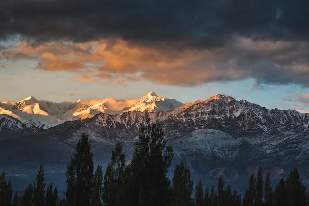 Snow mountain view do distrito de leh ladakh, parte norther da índia