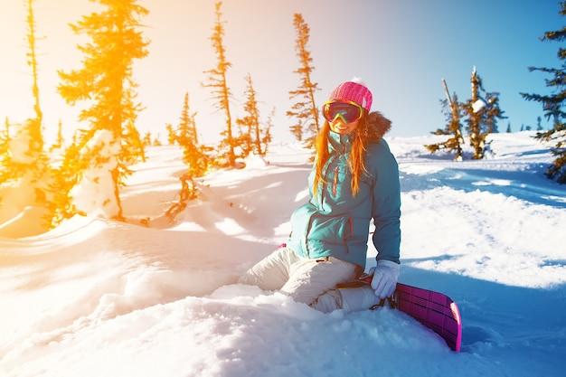 Snowboard girl esportes de inverno na montanha resort