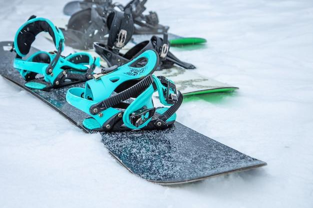 Snowboard na parede de neve