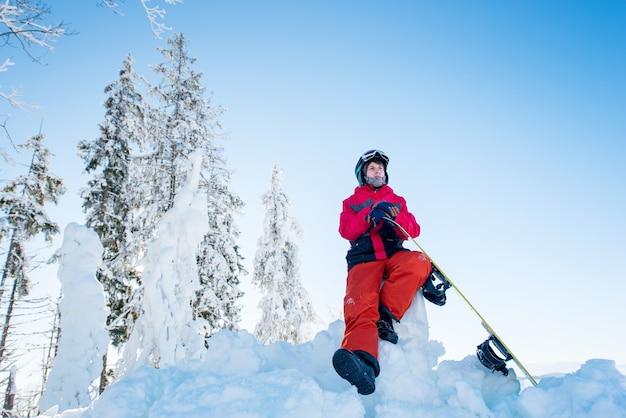 Snowboarder em estação de esqui no inverno