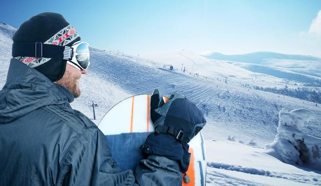 Snowboarder em pé na visão traseira