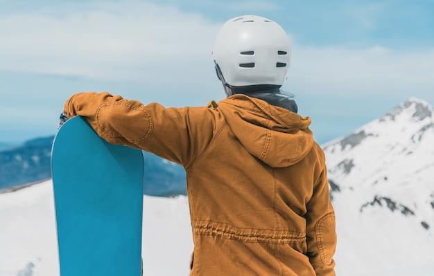 Snowboarder jovem
