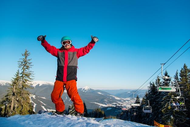 Snowboarder na encosta nevada