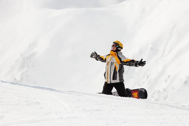 Snowboarder na neve