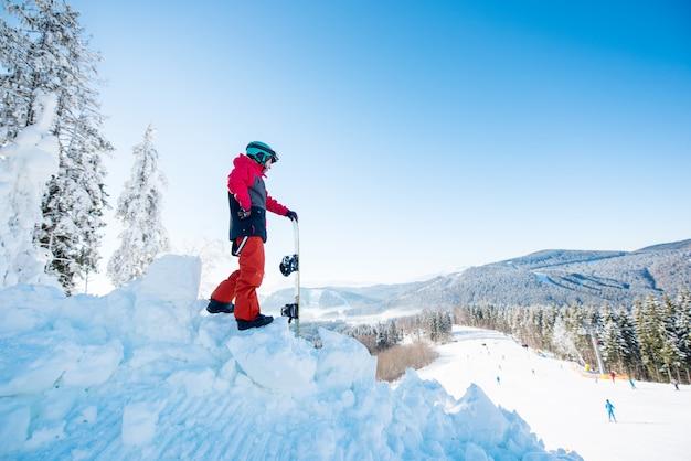 Snowboarder no topo da encosta