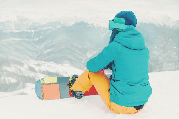 Snowboarder olhando montanhas