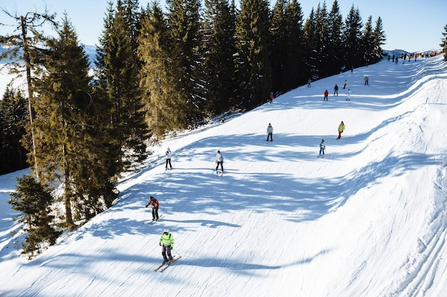 Snowboarder patinando nas montanhas com céu azul profundo
