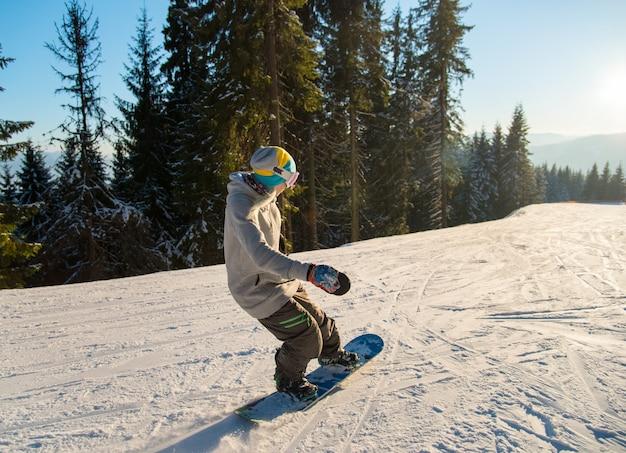 Snowboarder profissional andando nas montanhas