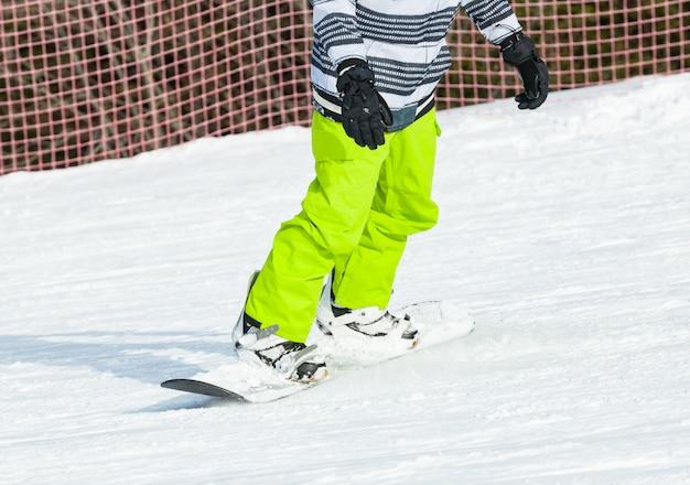 Snowboarder snowboard na neve fresca