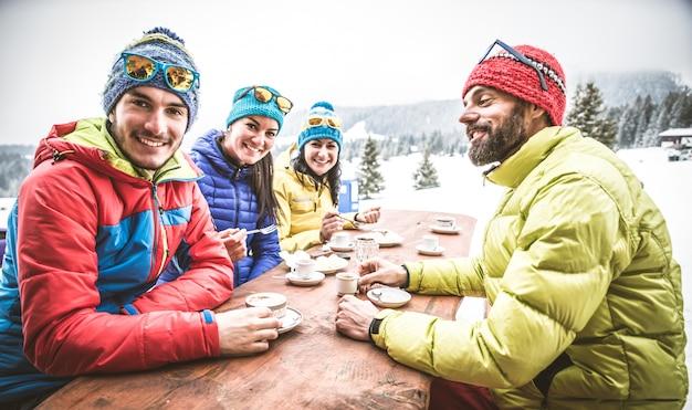 Snowboarders em um restaurante