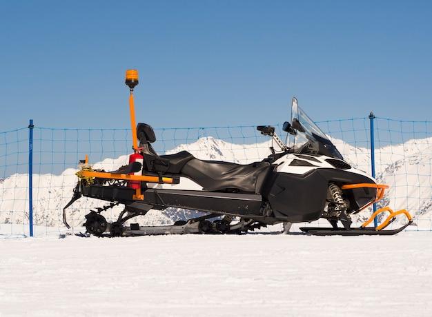 Snowmobile com caixa de cremalheira traseira para serviço de resgate de emergência alpino.