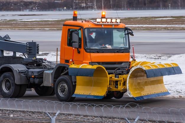 Snowplow monta no aeroporto, vista da cabine próximo.
