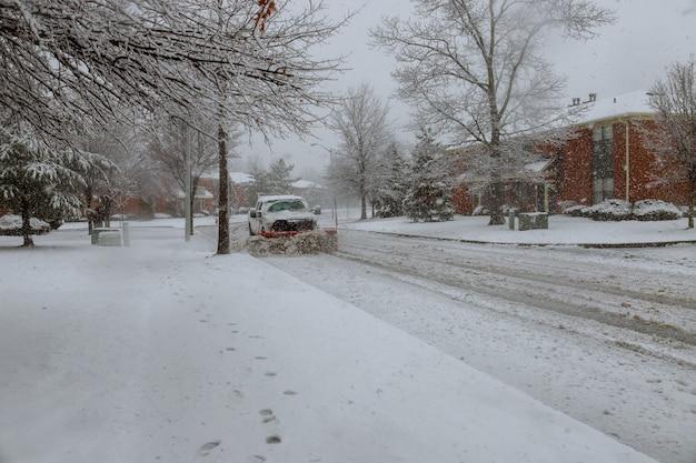Snowplow removendo a neve da estrada da cidade