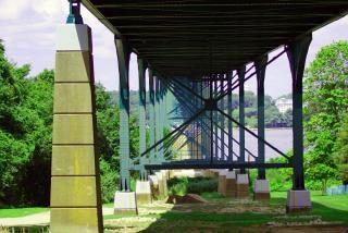 Sob a ponte, estrada