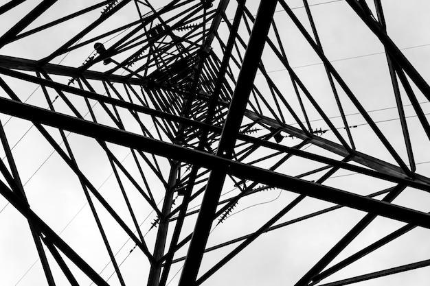 Sob a torre da linha eléctrica de alta tensão aérea.