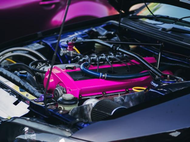 Sob o capô do carro esportivo turbo