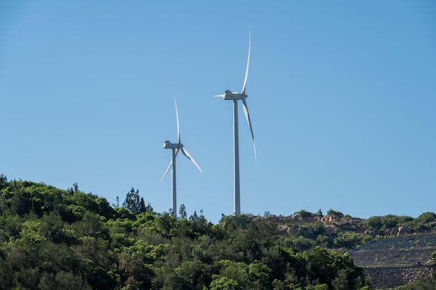 Sob o céu azul, havia um moinho de vento na montanha