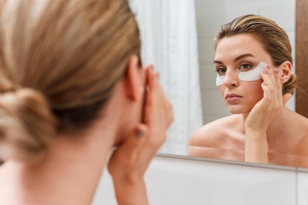 Sob olho sacos tratamento espelho reflexão