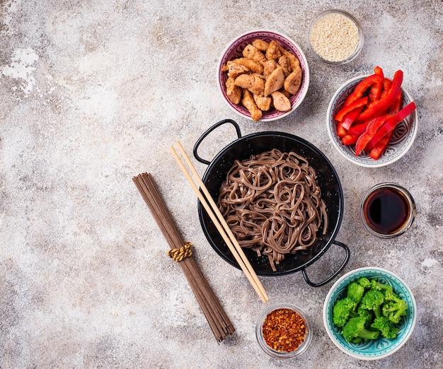 Soba de macarrão asiático com vários ingredientes