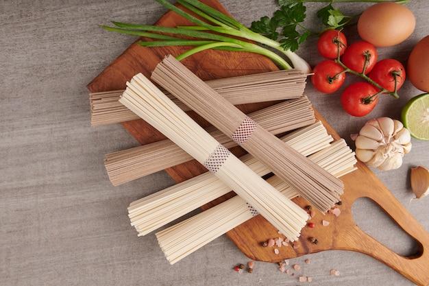 Soba e macarrão udon crus. macarrão tradicional japonês, ingrediente alimentar cru. soba de trigo sarraceno seco e macarrão udon.