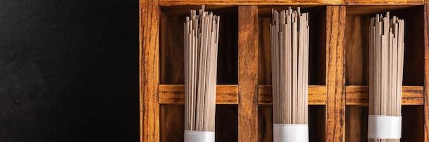 Soba macarrão trigo sarraceno cru pronto para cozinhar refeição lanche na mesa cópia espaço fundo de alimentos