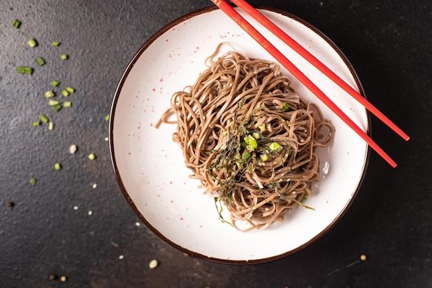 Soba trigo sarraceno macarrão fresco porção refeição lanche na mesa cópia espaço comida