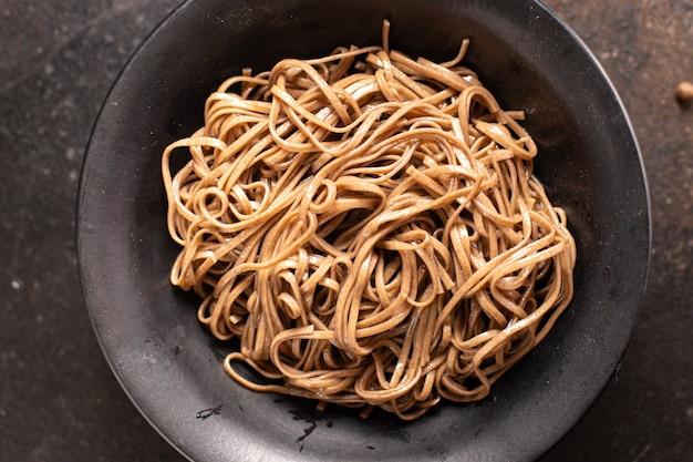 Soba trigo sarraceno macarrão porção fresca refeição lanche na mesa cópia espaço comida fundo rústico