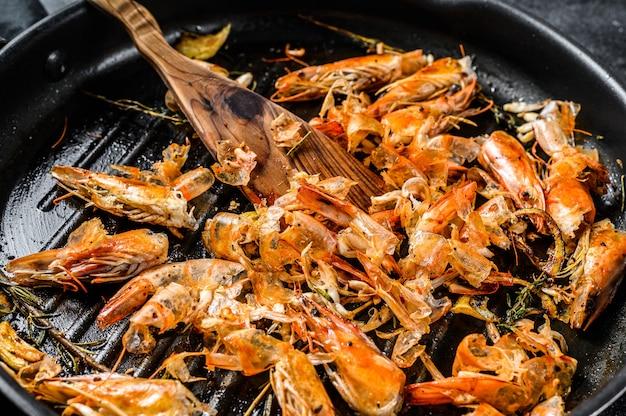 Sobras de camarão, camarão na panela. desperdício de comida descascada, detalhe das cabeças. vista do topo