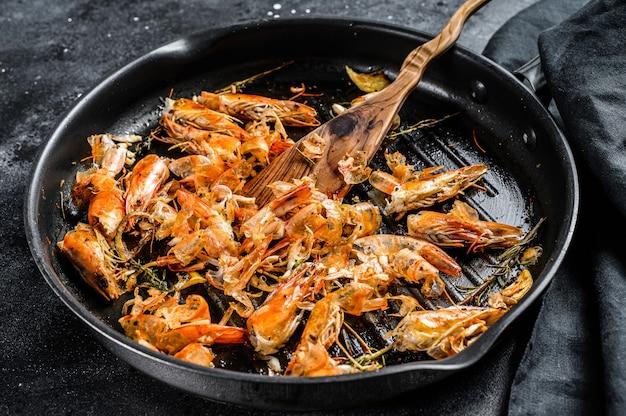 Sobras de camarão, camarão na panela. resíduos de comida descascada, detalhe das cabeças.