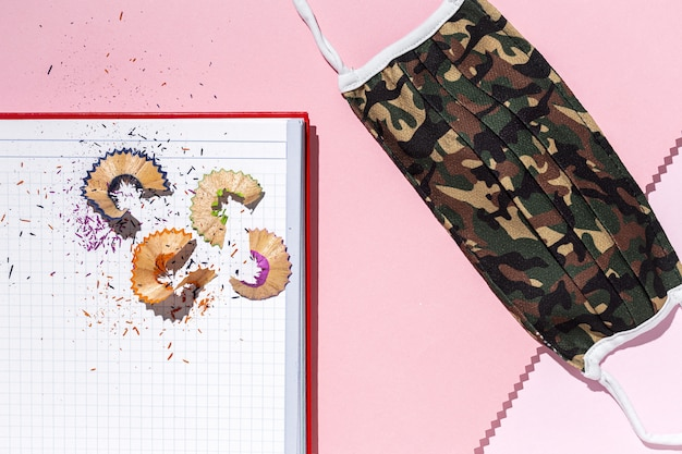 Sobras de lápis coloridos em um caderno