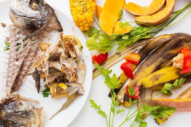 Sobras de peixe cozido e outros restos de comida