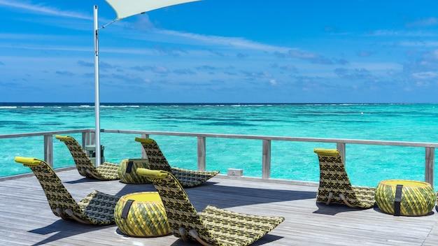 Sobre a barra de água no luxuoso resort da ilha nas maldivas.