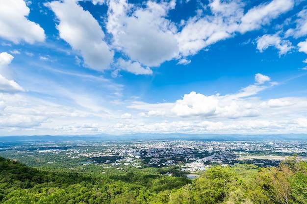 Sobre a cidade airatmosphere brilhante céu azul fundo abstrato textura clara com nuvens brancas.
