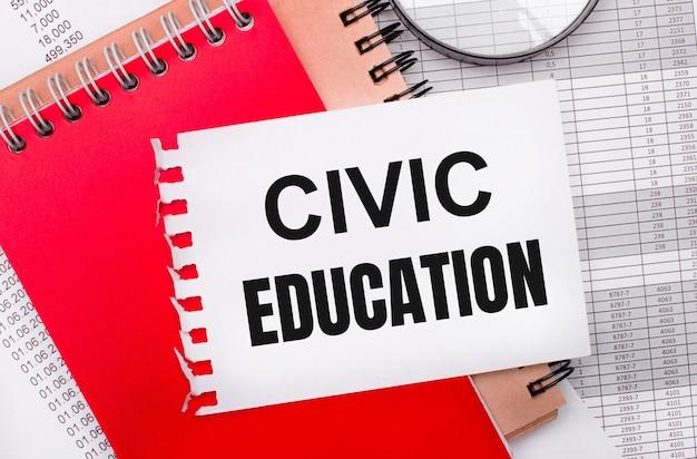 Sobre fundo claro - reportagens, lupa, bloco de notas marrom e vermelho e bloco branco com a inscrição educação cívica. conceito de negócios