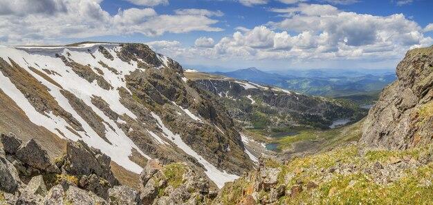 Sobre o desfiladeiro da montanha, primavera nas montanhas