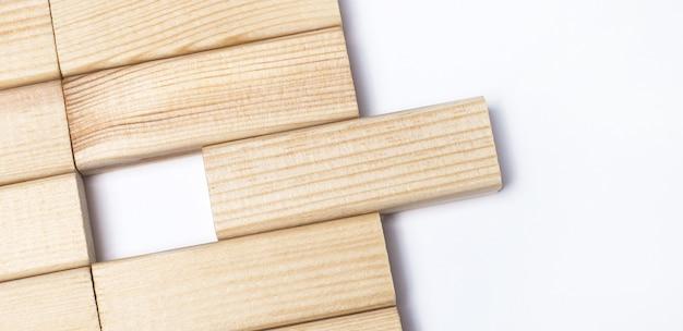 Sobre uma superfície leve, blocos de madeira com espaço para inserir texto