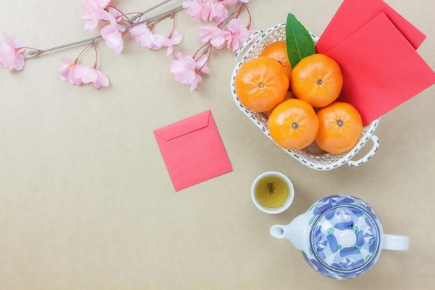 Sobrecarga de decorações superiores ano novo chinês conceito de fundo festivo.mix variedade acessório essencial na mesa de escritório de mesa marrom grunge moderna. outra linguagem significa rica ou rica e feliz.
