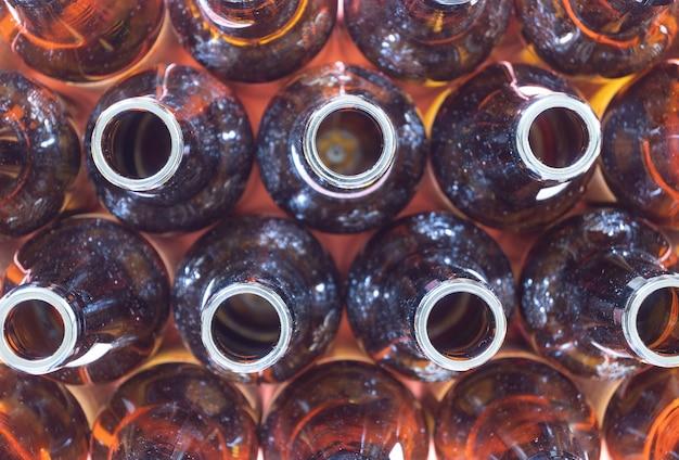 Sobrecarga de muitas garrafas de vidro, conceito de reciclagem, selecione o foco e copie o espaço