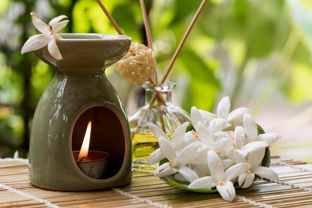 Sobreiro ou flores de hortensis millingtonia e queimador de óleo essencial no fundo da natureza.