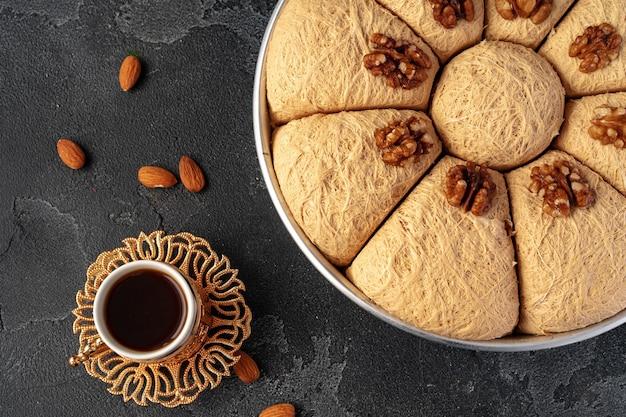Sobremesa baklava turca com nozes em fundo preto