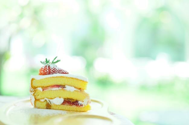 Sobremesa bolo de morango no fundo da natureza