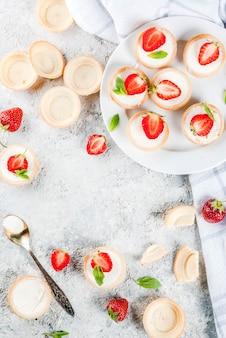 Sobremesa caseira doce de verão, mini cheesecakes com morango