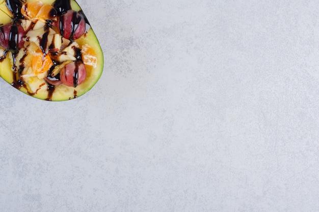 Sobremesa caseira saudável com frutas e chocolate.