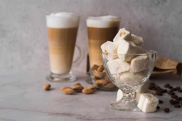Sobremesa caseira vista frontal com café