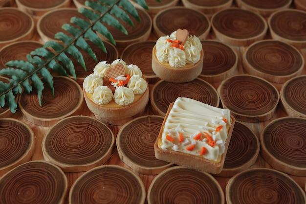Sobremesa cheesecake com manga e maracujá em forma de brownies com mousse no topo decorado ...