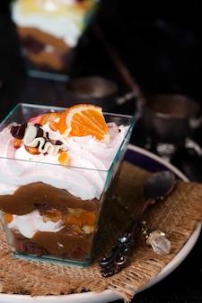 Sobremesa com creme em um copo
