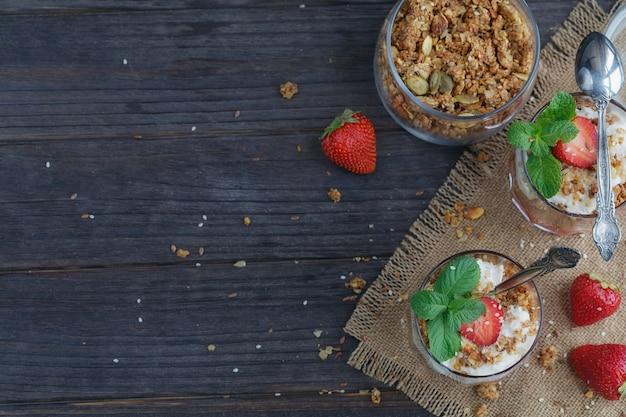 Sobremesa com frutas frescas, queijo cottage, granola e geléia de frutas