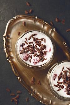 Sobremesa com raspas de chocolate, framboesas