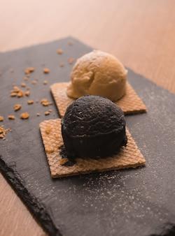 Sobremesa com sorvete de baunilha e chocolate